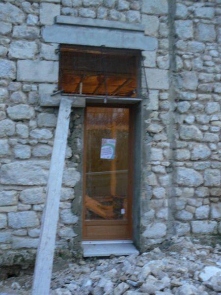 Pose de la porte fen tre r novation d une grange - Poser une porte fenetre ...